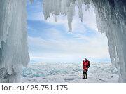 Турист фотографирует ледяные торосы на озере Байкал на фоне ледяного грота. Стоковое фото, фотограф Овчинникова Ирина / Фотобанк Лори
