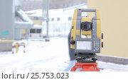 Купить «Геодезист управляет роботизированным электронным прибором и выполняет измерения», видеоролик № 25753023, снято 14 марта 2017 г. (c) Александр Фрейдин / Фотобанк Лори