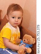 """Маленький ребенок и любимая игрушка """"Мишка"""", фото № 25753379, снято 26 октября 2015 г. (c) Виктор Топорков / Фотобанк Лори"""