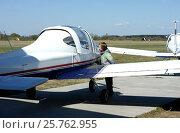 Мальчик разглядывает самолёт на аэродроме. Стоковое фото, фотограф Юлия Мальцева / Фотобанк Лори
