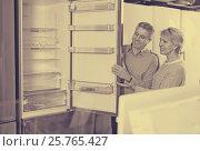 Купить «Husband and wife together in shop of household appliances», фото № 25765427, снято 3 августа 2020 г. (c) Яков Филимонов / Фотобанк Лори