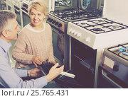 Husband and wife choose to themselves gas stove. Стоковое фото, фотограф Яков Филимонов / Фотобанк Лори