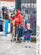 Купить «Нищие женщины просят милостыню около храма», фото № 25765647, снято 15 декабря 2018 г. (c) Igor Lijashkov / Фотобанк Лори