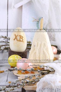 Пасхальные яйца ручной работы на белом деревянном фоне