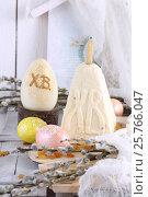Пасхальные яйца ручной работы на белом деревянном фоне. Стоковое фото, фотограф Марина Володько / Фотобанк Лори