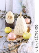 Купить «Пасхальные яйца ручной работы и творожная пасха на белом деревянном фоне», фото № 25766055, снято 15 марта 2017 г. (c) Марина Володько / Фотобанк Лори
