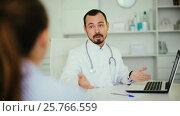 Купить «woman to consult a male doctor in hospital», видеоролик № 25766559, снято 4 января 2017 г. (c) Яков Филимонов / Фотобанк Лори