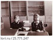 Купить «Две школьницы-десятиклассницы в классной комнате на перемене (1985 год), Сенно, Беларусь», фото № 25771247, снято 24 мая 2019 г. (c) Ольга Коцюба / Фотобанк Лори