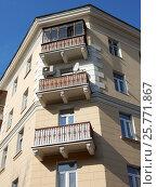 Купить «Пятиэтажный кирпичный трёхподъездный жилой дом, построен в 1953 году. 4-я Парковая улица, 9/21. Район Измайлово. Москва», эксклюзивное фото № 25771867, снято 12 марта 2017 г. (c) lana1501 / Фотобанк Лори