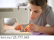 Купить «tailor woman threading needle of sewing machine», фото № 25777343, снято 29 сентября 2016 г. (c) Syda Productions / Фотобанк Лори