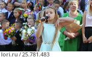 Купить «School class on line with song», видеоролик № 25781483, снято 1 сентября 2016 г. (c) Потийко Сергей / Фотобанк Лори