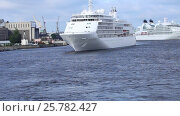 Купить «Круизный лайнер Silver Whisper плывет по Неве», видеоролик № 25782427, снято 13 июля 2016 г. (c) Сергей Дубров / Фотобанк Лори