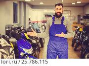 Купить «professional man worker displaying various motorcycles in workshop», фото № 25786115, снято 21 сентября 2019 г. (c) Яков Филимонов / Фотобанк Лори