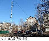Купить «Вышка сотовой связи. Пятиэтажный четырехподъездный кирпичный жилой дом серии II-28, построен в 1961 году. 1-я Мясниковская улица, 14. Район Богородское. Москва», эксклюзивное фото № 25786583, снято 10 марта 2017 г. (c) lana1501 / Фотобанк Лори