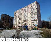 Купить «Четырнадцатиэтажный трёхподъездный панельный жилой дом серии П-46М, построен в 1998 году. Погонный проезд, 11. Район Богородское. Москва», эксклюзивное фото № 25789795, снято 10 марта 2017 г. (c) lana1501 / Фотобанк Лори