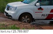 IZHEVSK, RUSSIA - JUNE 22, 2014: Honda Pilot at offroad test drive. Редакционное видео, видеограф Илья Насакин / Фотобанк Лори