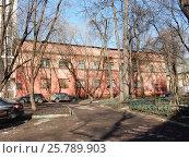 Купить «Старый кирпичный дом. 2-я Мясниковская улица, 2а строение 1. Район Богородское. Москва», эксклюзивное фото № 25789903, снято 10 марта 2017 г. (c) lana1501 / Фотобанк Лори