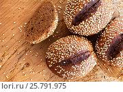 Черный хлеб с кунжутом на деревянном фоне. Стоковое фото, фотограф Виталий Федоров / Фотобанк Лори