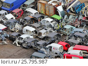 Купить «Утилизация автомобилей. Склад разобранных авто.», эксклюзивное фото № 25795987, снято 20 марта 2017 г. (c) Александр Тарасенков / Фотобанк Лори
