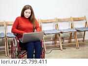 Купить «Женщина работает на ноутбуке, сидя в инвалидном кресле», фото № 25799411, снято 4 декабря 2015 г. (c) Кекяляйнен Андрей / Фотобанк Лори