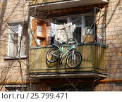 Купить «Старый балкон. Пятиэтажный трёхподъездный кирпичный жилой дом серии 1-511. Улица Короленко, 1 корпус 5, построен в 1962 году. Район Сокольники. Москва», эксклюзивное фото № 25799471, снято 9 марта 2017 г. (c) lana1501 / Фотобанк Лори