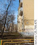 Купить «Пятиэтажный двухподъездный кирпичный жилой дом серии II-14, построен в 1958 году. Большая Остроумовская улица, 11 корпус 3. Район Сокольники. Москва», эксклюзивное фото № 25799475, снято 9 марта 2017 г. (c) lana1501 / Фотобанк Лори