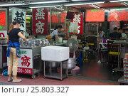 Современное уличное кафе в Китайском квартале Бангкока. Таиланд (2016 год). Редакционное фото, фотограф Виктор Карасев / Фотобанк Лори