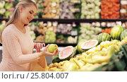 Купить «pregnant woman with bag buying pears at grocery», видеоролик № 25804007, снято 8 февраля 2017 г. (c) Syda Productions / Фотобанк Лори