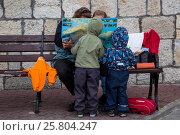 Купить «Туристическая семья с детьми смотрит карту Крымского полуострова во во время майских праздников на набережной города Севастополя, Республика Крым», фото № 25804247, снято 4 мая 2016 г. (c) Николай Винокуров / Фотобанк Лори