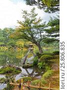 Купить «Фонарь Котодзиторо возле пруда Касумигакэ в парке Кэнрокуэн в г. Канадзава, Япония», фото № 25806835, снято 3 августа 2016 г. (c) Иван Марчук / Фотобанк Лори