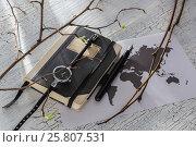 Записная книжка, часы и ручка на фоне карты мира. Стоковое фото, фотограф Kroshanya / Фотобанк Лори