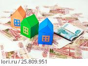 Купить «Три цветных домика на фоне российских денег», фото № 25809951, снято 5 января 2017 г. (c) Наталья Осипова / Фотобанк Лори