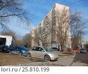 Купить «Двенадцатиэтажный трёхподъездный панельный жилой дом серии II-57, построен в 1973 году. Егерская улица, 5 корпус 1. Район Сокольники. Москва», эксклюзивное фото № 25810199, снято 9 марта 2017 г. (c) lana1501 / Фотобанк Лори