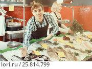 Купить «Sellers working in fish store», фото № 25814799, снято 7 декабря 2019 г. (c) Яков Филимонов / Фотобанк Лори