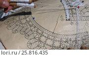 Купить «Процесс плетения кружева с использованием коклюшек», видеоролик № 25816435, снято 22 марта 2017 г. (c) Вячеслав Палес / Фотобанк Лори