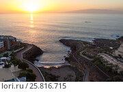 Пляж в бухте в деревне Playa Paraiso на закате, вид сверху. Остров Гомера на горизонте. Тенерифе, Канары, Испания (2015 год). Стоковое фото, фотограф Кекяляйнен Андрей / Фотобанк Лори