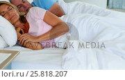 Senior couple resting on bed. Стоковое видео, агентство Wavebreak Media / Фотобанк Лори