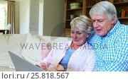 Senior couple using laptop in living room. Стоковое видео, агентство Wavebreak Media / Фотобанк Лори