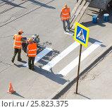 Нанесение разметки пешеходного перехода. Редакционное фото, фотограф Дудакова / Фотобанк Лори