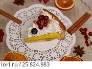 Купить «Лимонный тарт с меренгой и ягодами красной смородины», фото № 25824983, снято 19 марта 2017 г. (c) Александр Волков / Фотобанк Лори