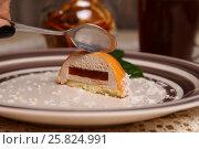 Купить «Муссовый десерт разрезанный пополам», фото № 25824991, снято 19 марта 2017 г. (c) Александр Волков / Фотобанк Лори
