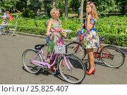 Купить «Участницы парада Леди на велосипеде в парке Сокольники», эксклюзивное фото № 25825407, снято 7 августа 2016 г. (c) Владимир Князев / Фотобанк Лори