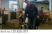 Купить «Люди проходят через пункт безопасности на входе, аэропорт Внуково, город Москва», видеоролик № 25826351, снято 26 марта 2017 г. (c) Вячеслав Палес / Фотобанк Лори