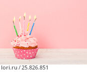 Купить «Cupcakes with cream and with five candles», фото № 25826851, снято 23 марта 2017 г. (c) Наталия Пыжова / Фотобанк Лори