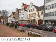 Скамейки на улице Kaiserswerther Markt в Кайзерсверте (2017 год). Редакционное фото, фотограф Алексей Шматков / Фотобанк Лори