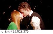 Fashion Happy and attractive young couple kissing. Стоковое видео, видеограф Илья Насакин / Фотобанк Лори