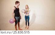 Young couple fooling like children with baloons (2017 год). Редакционное видео, видеограф Илья Насакин / Фотобанк Лори