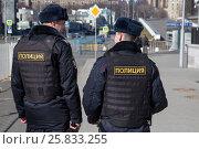 Купить «Полицейский патруль следит за правопорядком около входа в Московскую соборную мечеть», фото № 25833255, снято 26 марта 2017 г. (c) Николай Винокуров / Фотобанк Лори