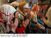 Купить «Пожилые женщины молятся в молельном зале Московской соборной мечети, Россия», фото № 25833607, снято 26 марта 2017 г. (c) Николай Винокуров / Фотобанк Лори