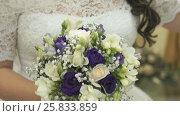 Bride clothed white dress holding a bridal bouquet. Стоковое видео, видеограф worker / Фотобанк Лори